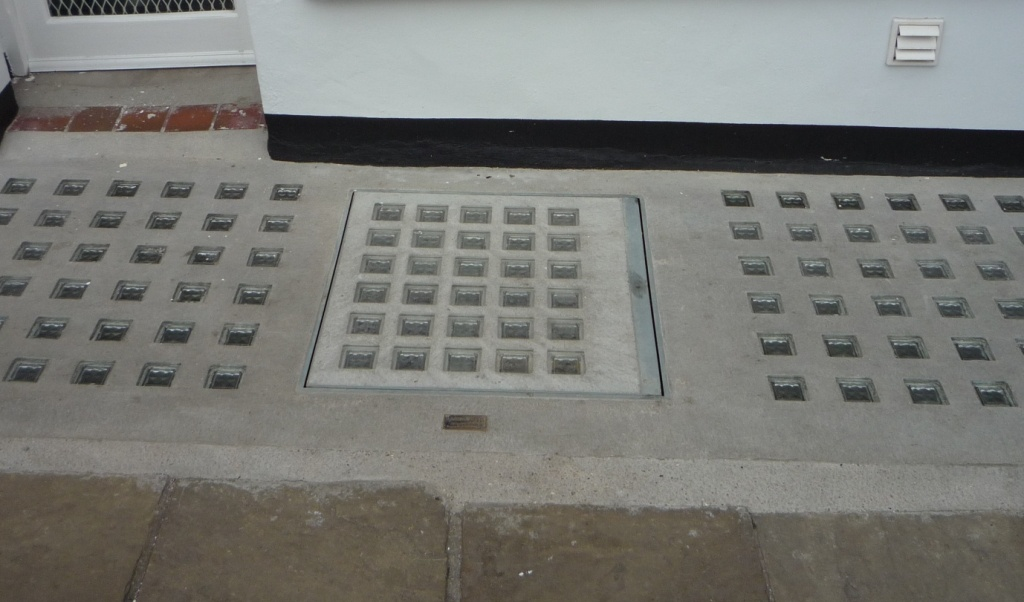 Hatch set in pavement light